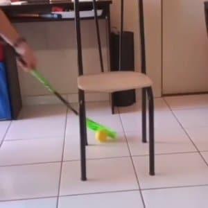 Usar a cadeira passando a bola por baixo com o lado forehand da Blade 5x