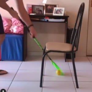 Passar a bola entre 2 pernas da cadeira desenhando um 8